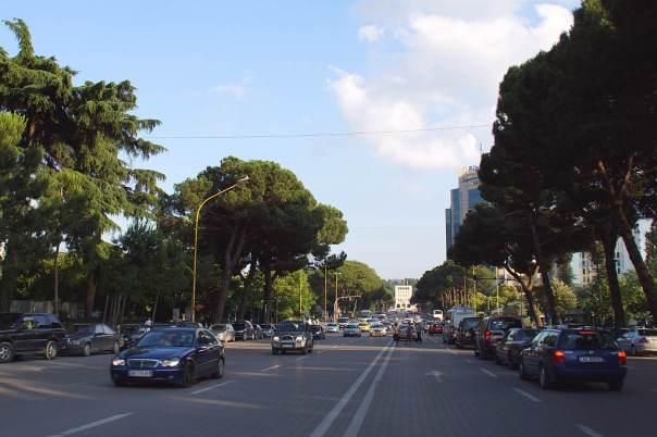 0057 Und so fährt man auf dem Bulevardi Zogul in Tirana Albanien - Foto © Wolfgang Pehlemann DSC05858