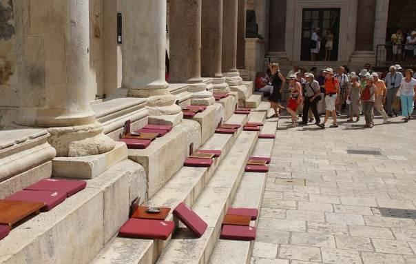 0062 Freies Sitzen Freies Stehen Freies Anstürmen Touris Altstadt Split Kroatien - Foto © Wolfgang Pehlemann DSC06442