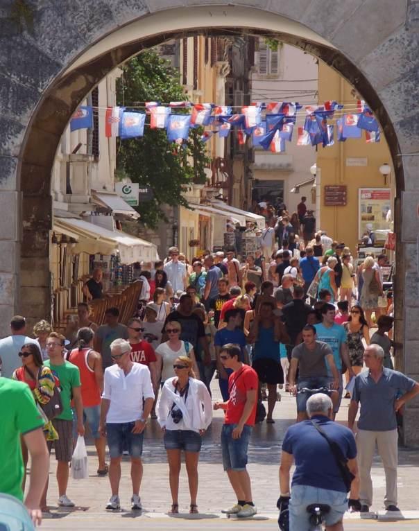 0066 Alle warten auf IC - am Stadttor von Zadar - Foto © Wolfgang Pehlemann DSC06406