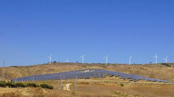 0126 63 Die Solarzellen liefern den Strom für den Antrieb der Windräder auf der Insel Sizilien - Intercampianer-Foto © Wolfgang Pehlemann DSC07571