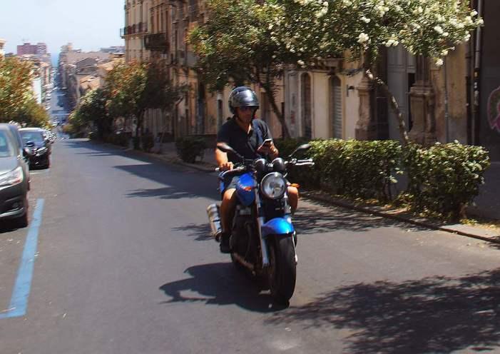 0129 65 Italienisch Motorradfahren und SMS schreiben - Intercampianer-Foto © Wolfgang Pehlemann DSC08184